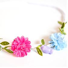 Vitt hårband med olika blommor