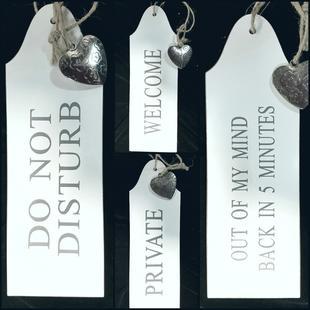 Dörrskyltar i trä, med metallhjärta - Välj text!